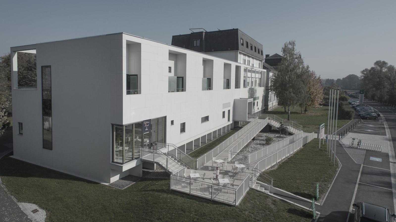 UMBAU UND ERWEITERUNG LANDESKRANKENHAUS_Fassadenbild02