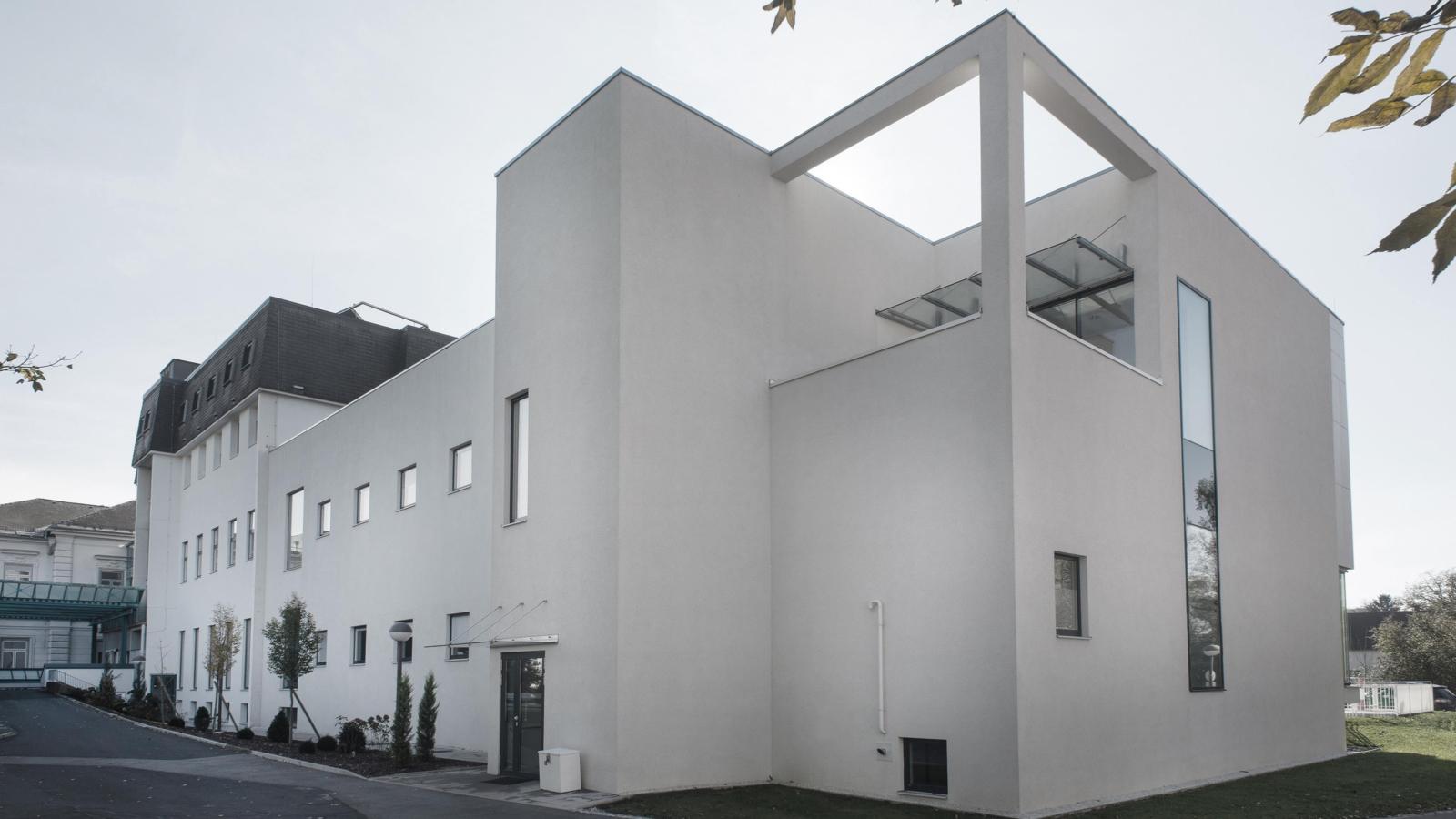 UMBAU UND ERWEITERUNG LANDESKRANKENHAUS_Fassadenbild03